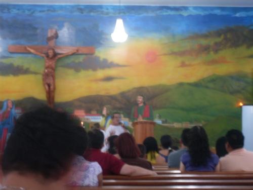 O diácono Nero no interior da igreja