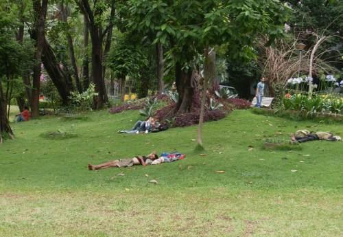 Casal entre mendigos no Parque Municipal
